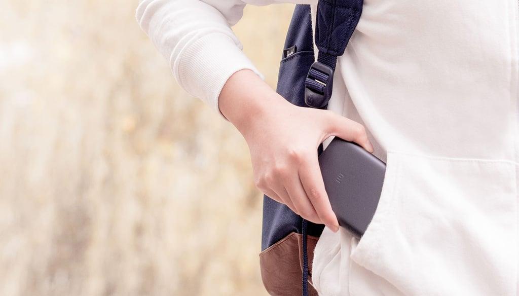 Павербанк Xiaomi в руке