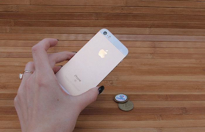 iPhone SE в руке вид сзади